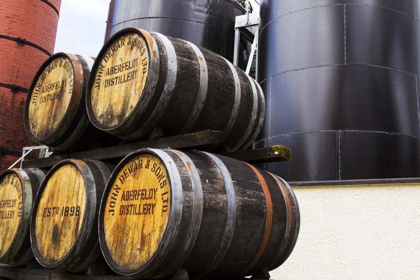 Gestapelte Fässer vor der Destillerie Aberfeldy
