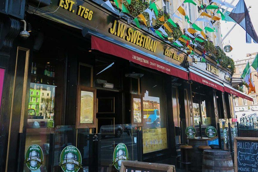 Irischer Pub von außen, Eingang