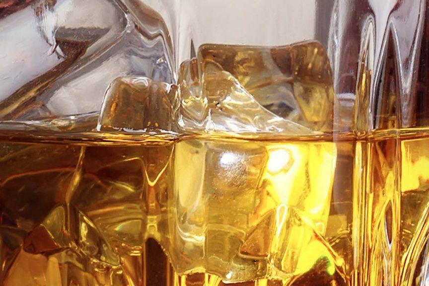 Whisky und Eis im Glas