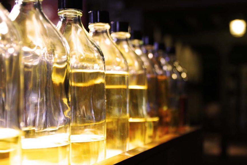 Whiskyflaschen in einer Reihe