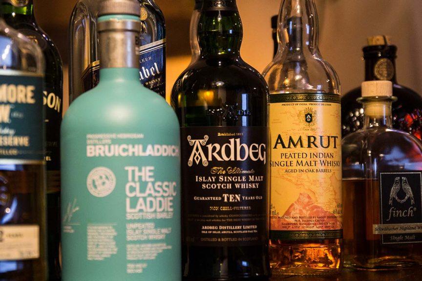 Verschiedene Whisk(e)yflaschen