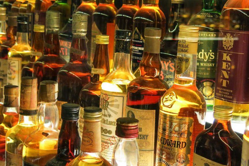 Viele Flaschen Scotch Whisky und Whiskey