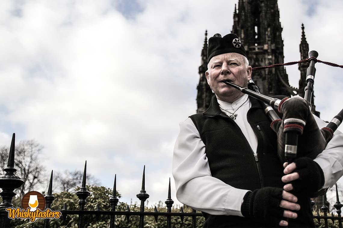 Ein Dudelsackspieler in der City von Edinburgh.